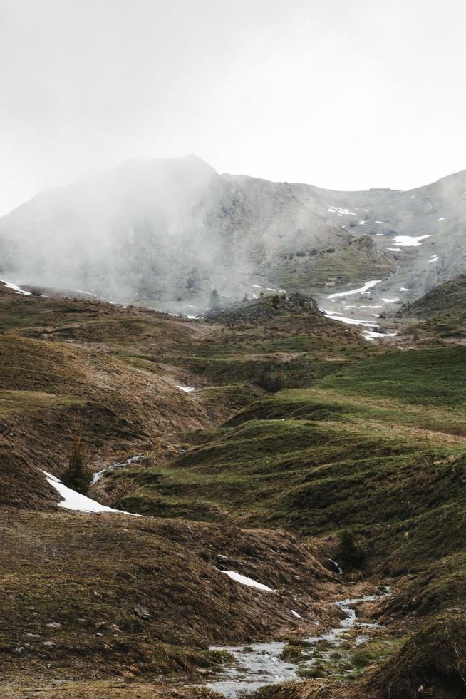 montagna coperta di nebbia foto