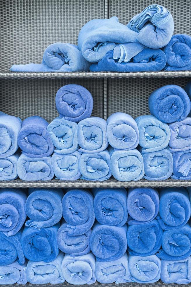 rotolo di asciugamani sullo scaffale foto