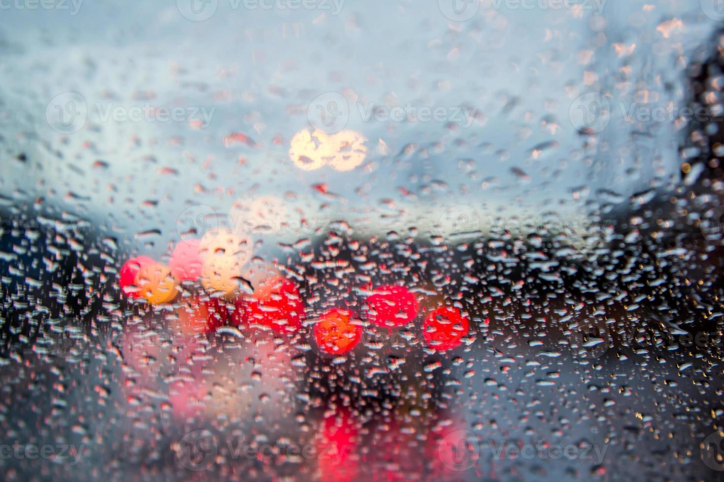 immagine sfocata della vista del traffico attraverso il parabrezza di un'auto foto