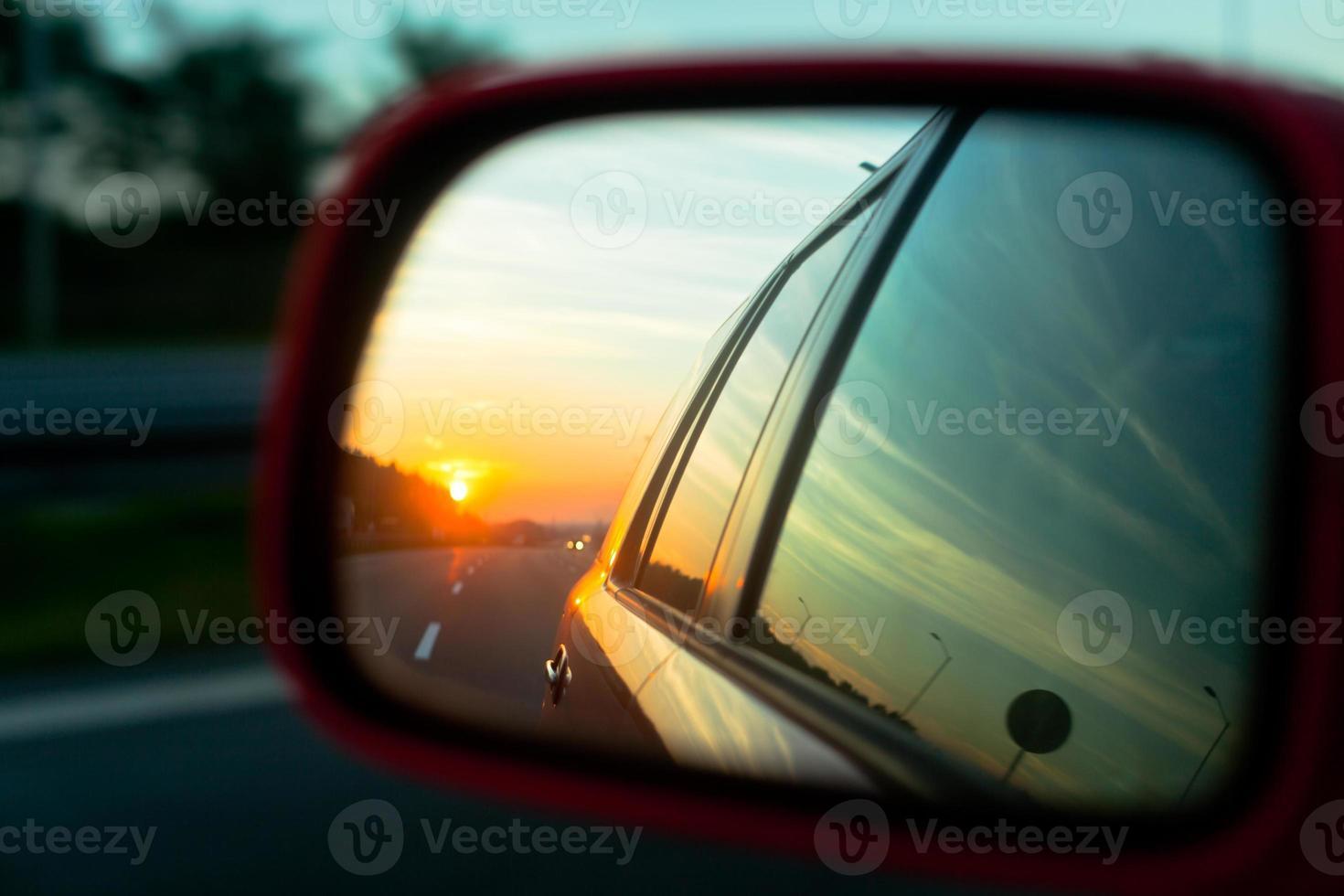 riflesso del tramonto nello specchietto retrovisore foto