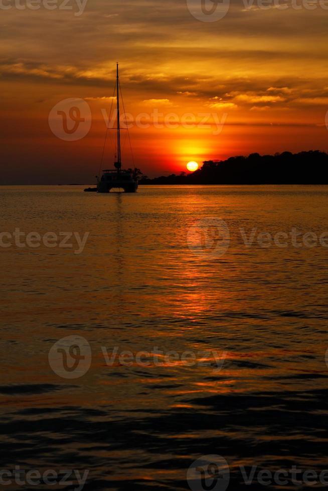 tramonto su un'isola tropicale foto