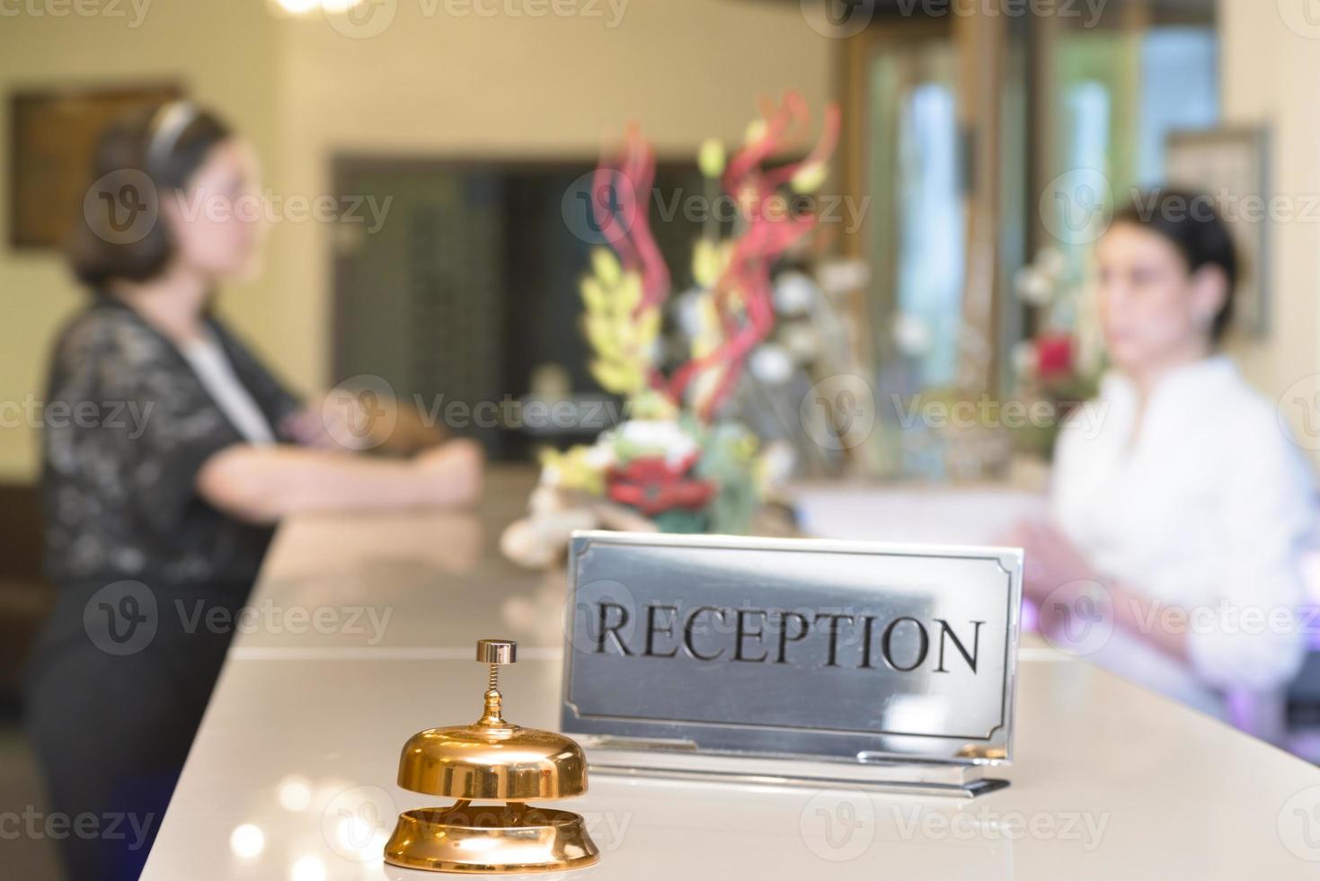 cliente alla reception foto