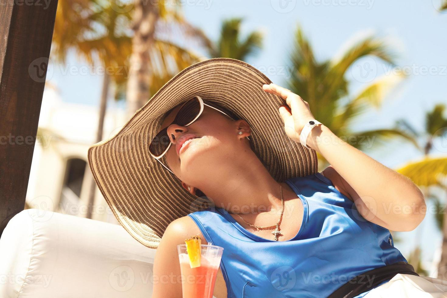 felice donna bruna in vacanza foto