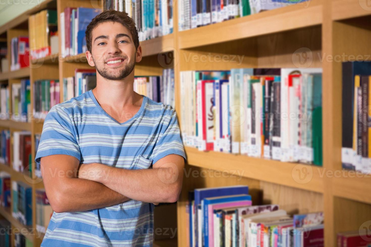 studente sorridendo alla telecamera in libreria foto
