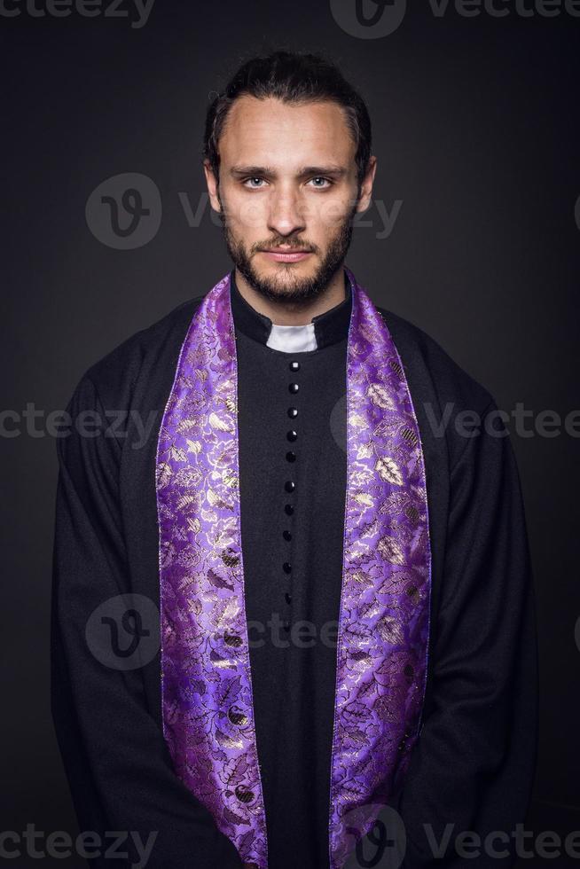 ritratto di giovane prete foto