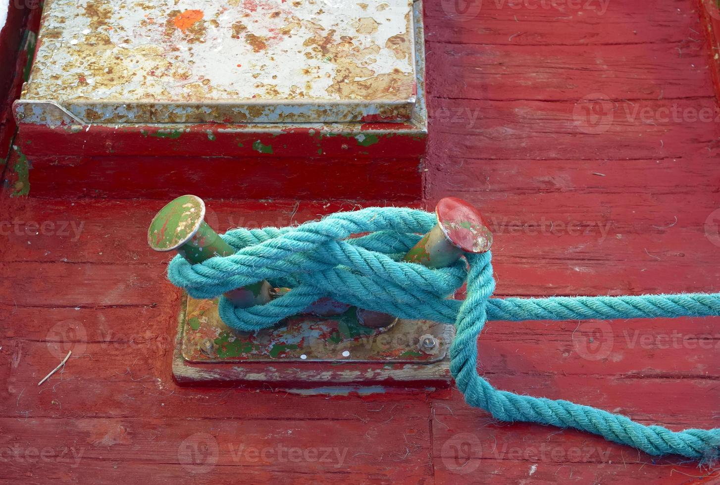 primo piano del nodo di ormeggio sul ponte di legno di una barca foto