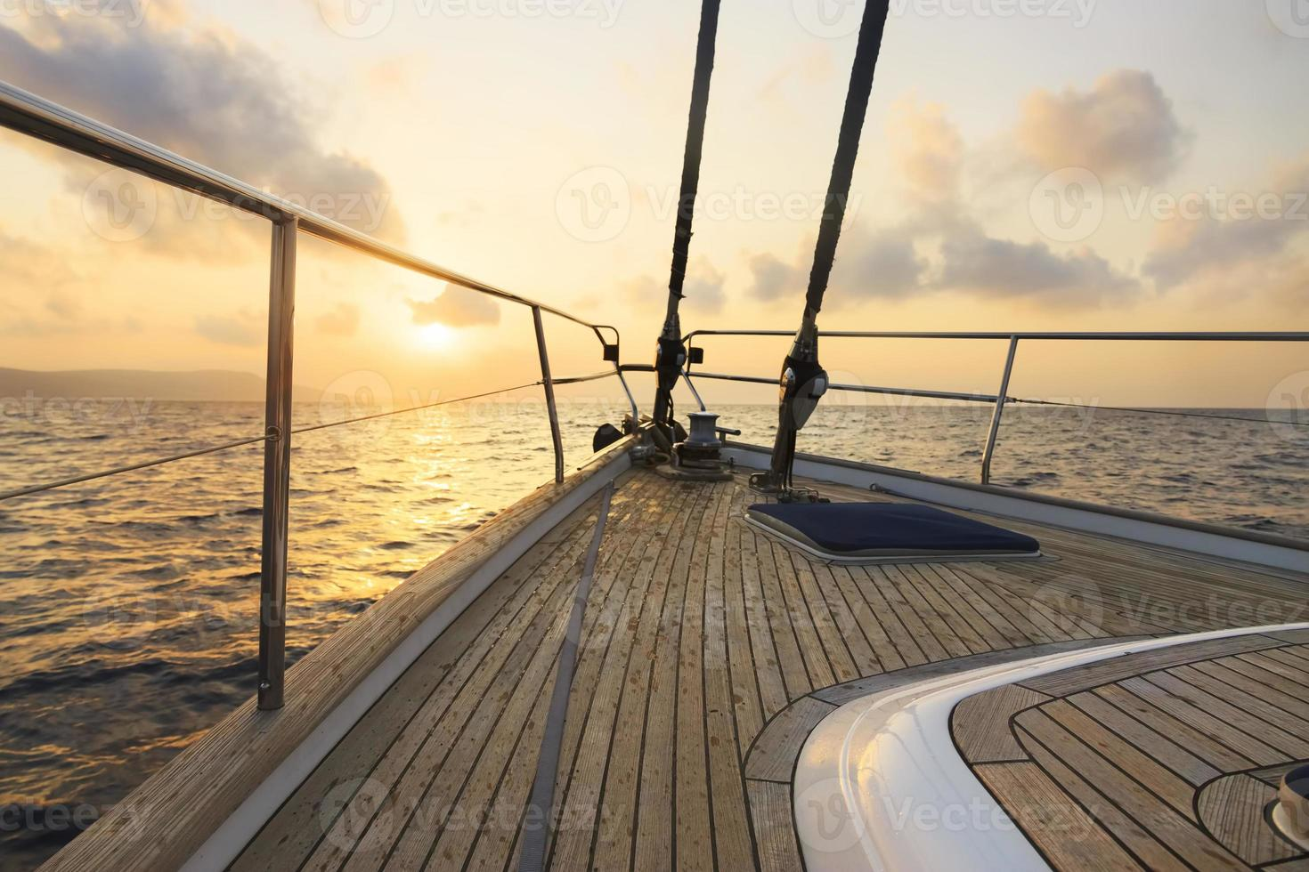 yacht a vela al tramonto foto