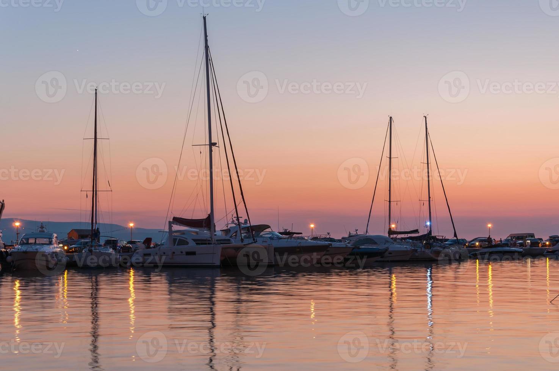 tramonto su un molo a Baska Voda foto