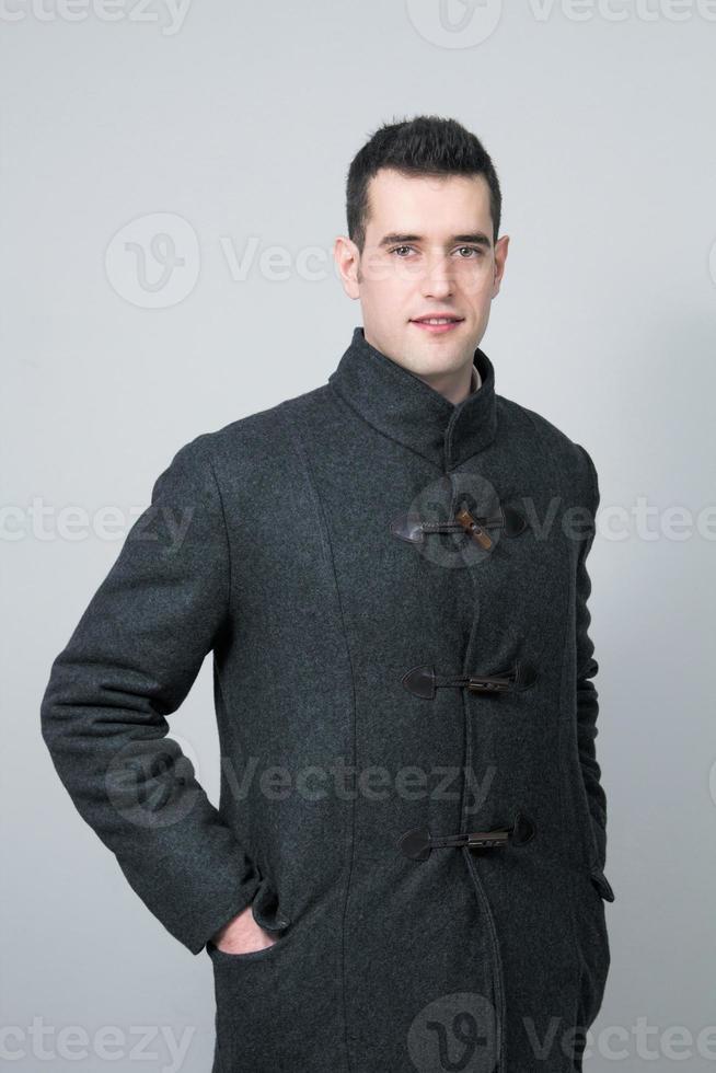ritratto di un giovane uomo intelligente e alla moda con cappotto di lana foto
