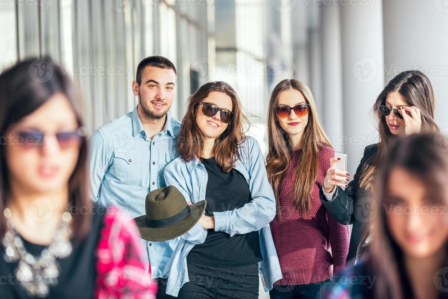 gruppo di amici adolescenti felici divertendosi foto