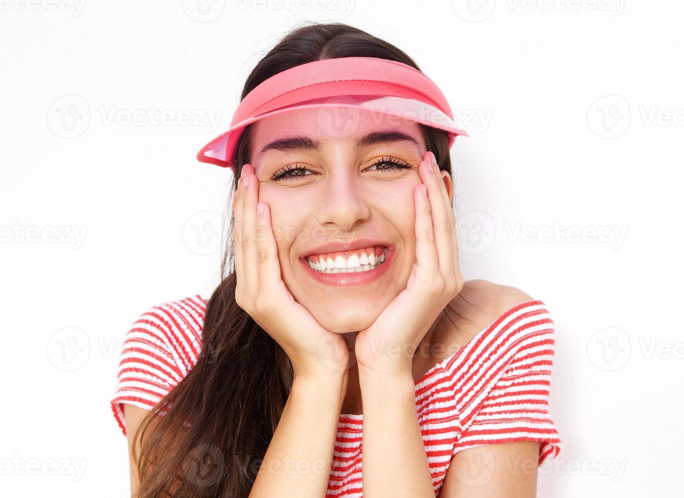 carino giovane donna sorridente con le mani sulla guancia foto