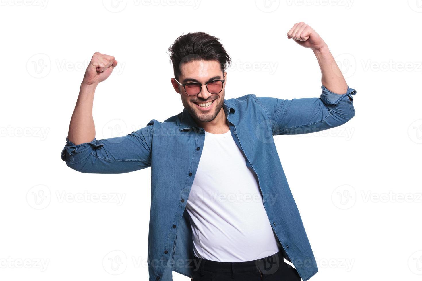 giovane uomo casual che celebra un successo foto