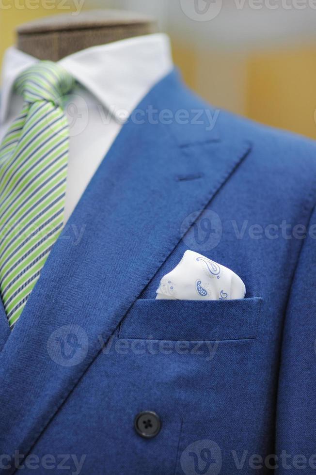 abito blu con cravatta e fazzoletto foto