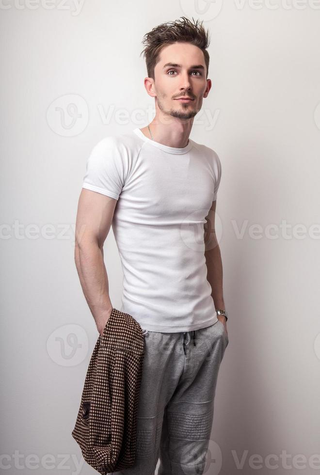 ritratto di giovane uomo bello in maglietta bianca. foto