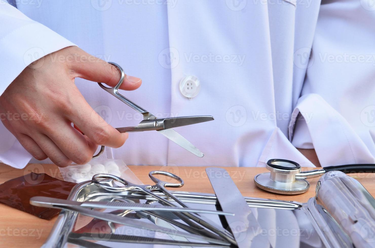 medico con le forbici foto