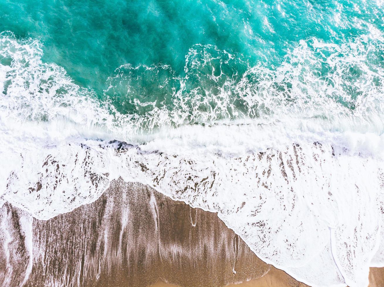 vista aerea di un oceano blu foto