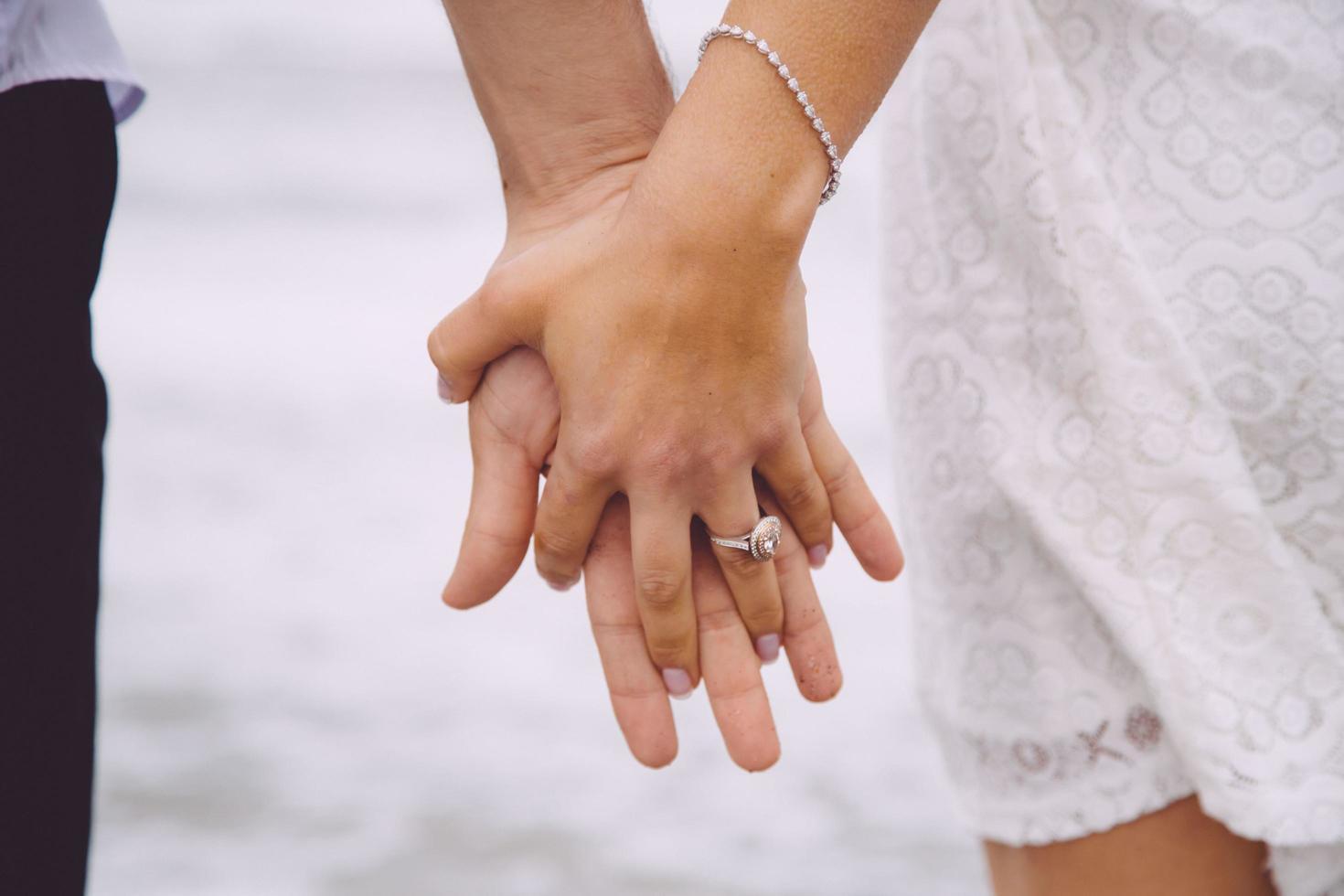coppia sposata che si tiene per mano foto