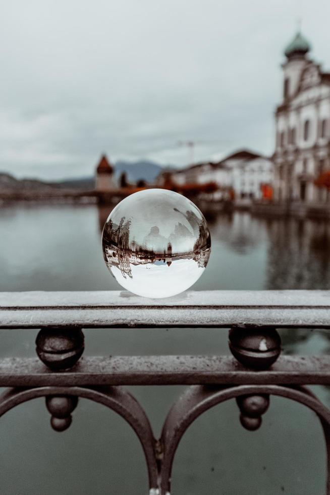 sfera dell'obiettivo sulla ringhiera foto