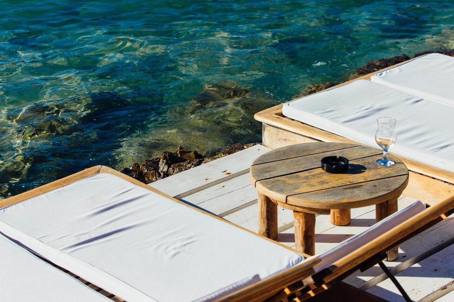 tavolino rotondo in legno marrone foto