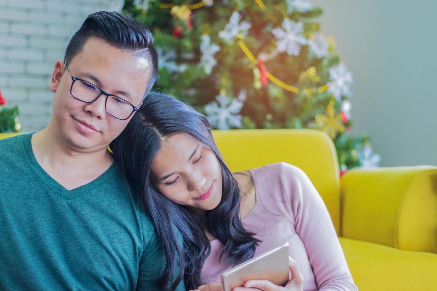 coppia rilassante in un soggiorno foto