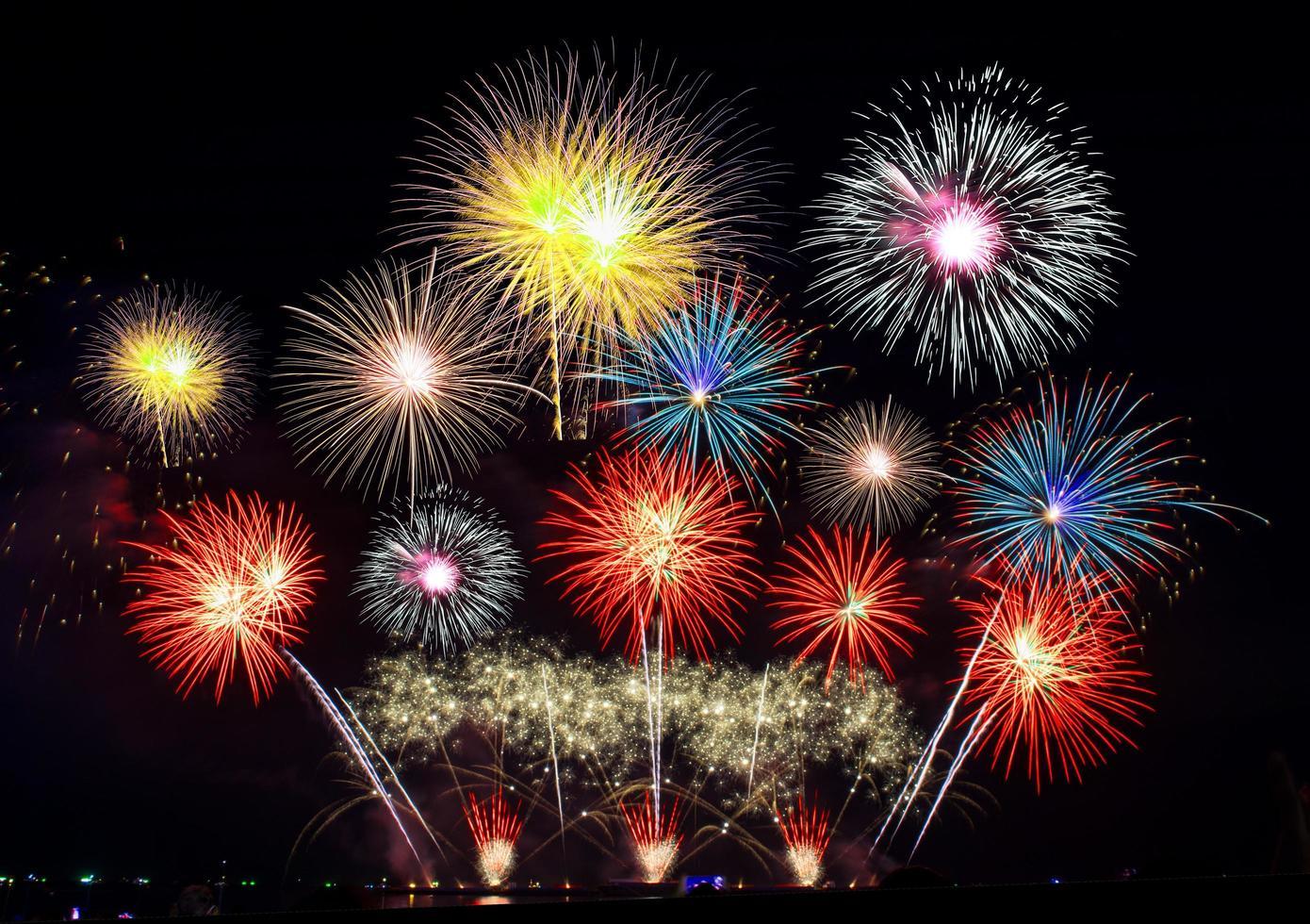 spettacolo di fuochi d'artificio colorati foto