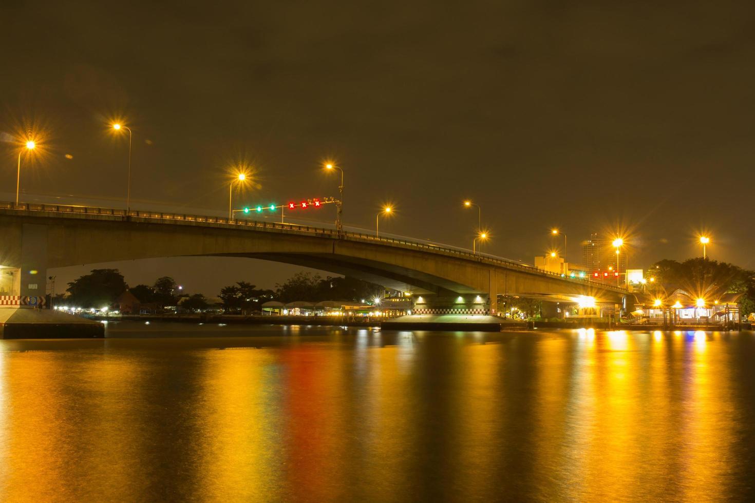 lunga esposizione di un ponte sul fiume chao phraya foto