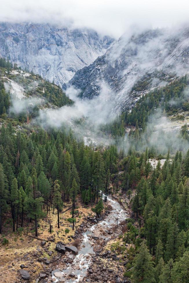 sorgente naturale che scorre attraverso le montagne foto