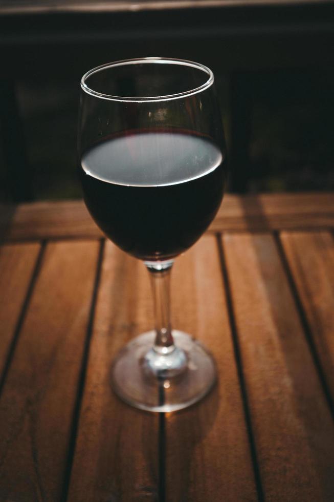 un bicchiere di vino rosso foto