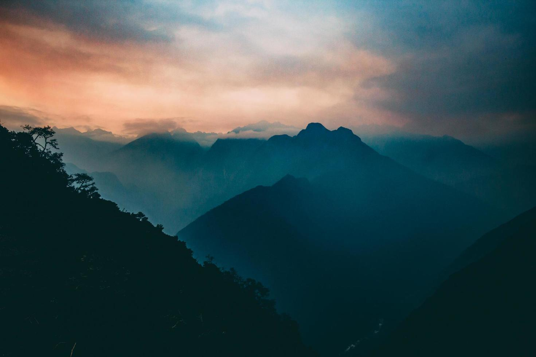 montagna al tramonto con nebbia foto