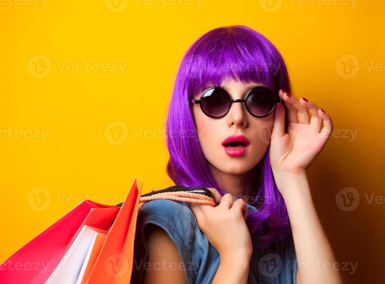 donne con i capelli viola con borse della spesa. foto