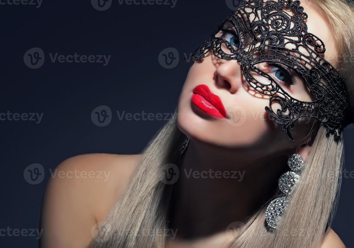 attraente ragazza in maschera di carnevale foto