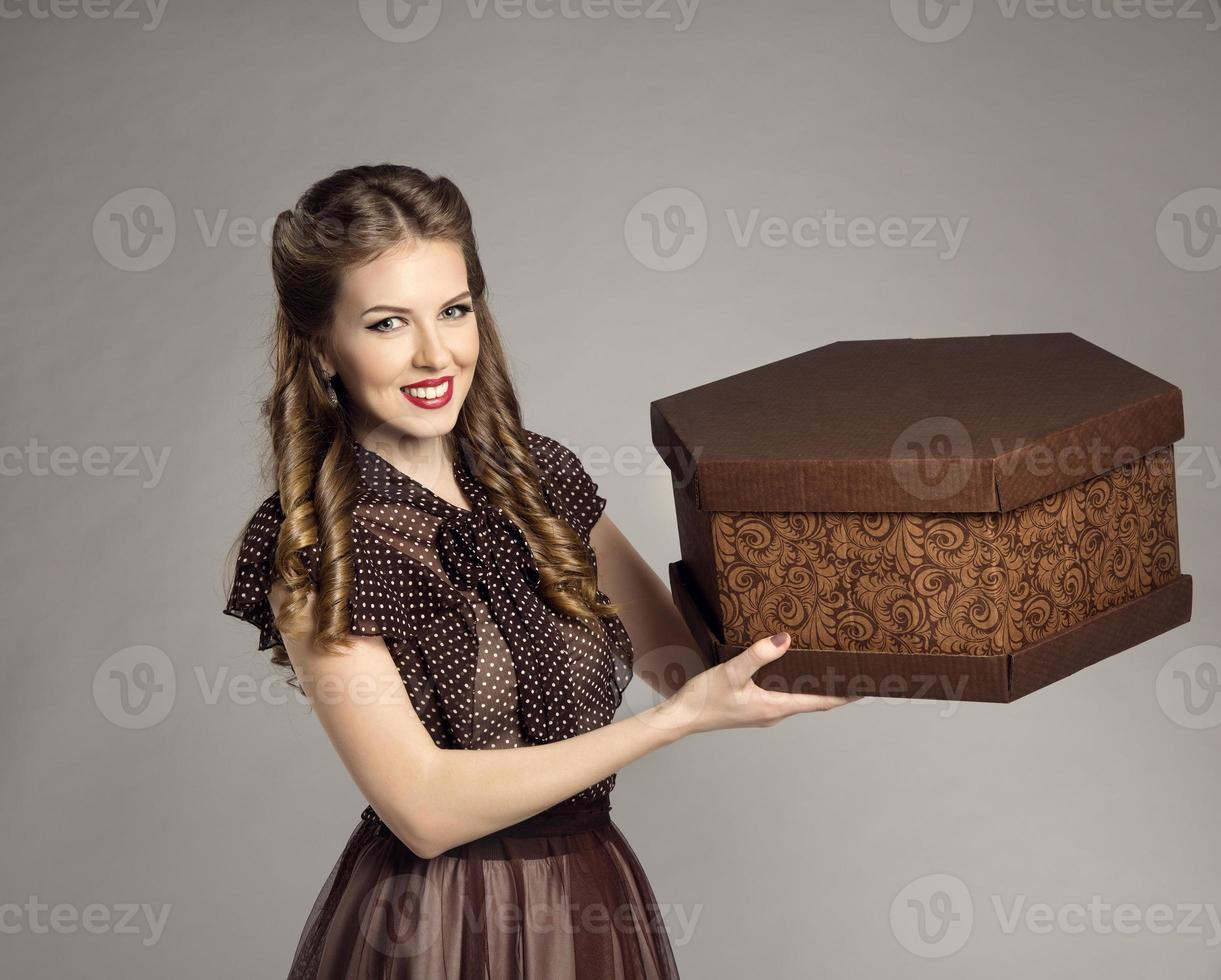 la donna pubblicizza la scatola della torta, il cibo della ragazza retrò consegna, il servizio di consegna foto