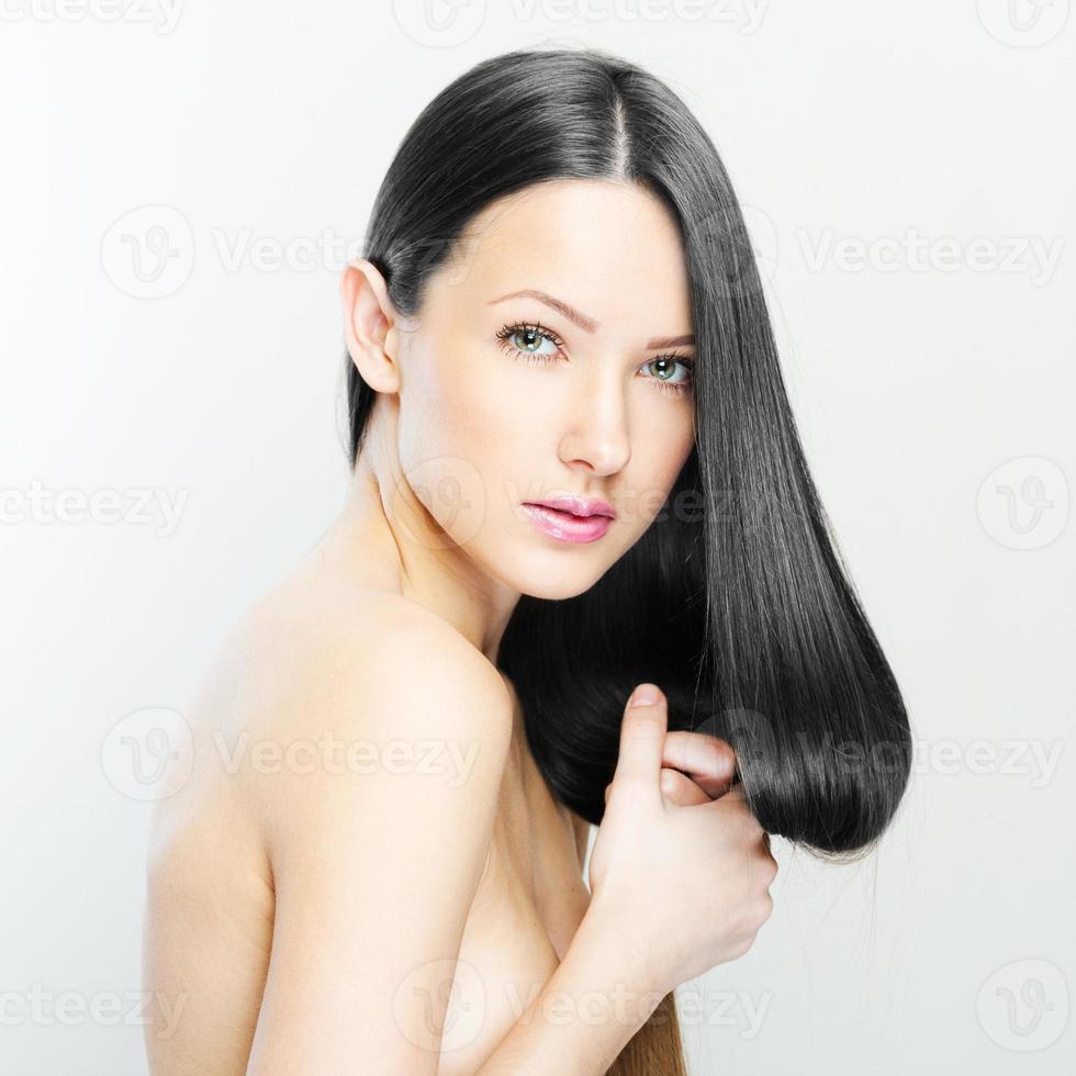 bella donna con i capelli lunghi sani foto