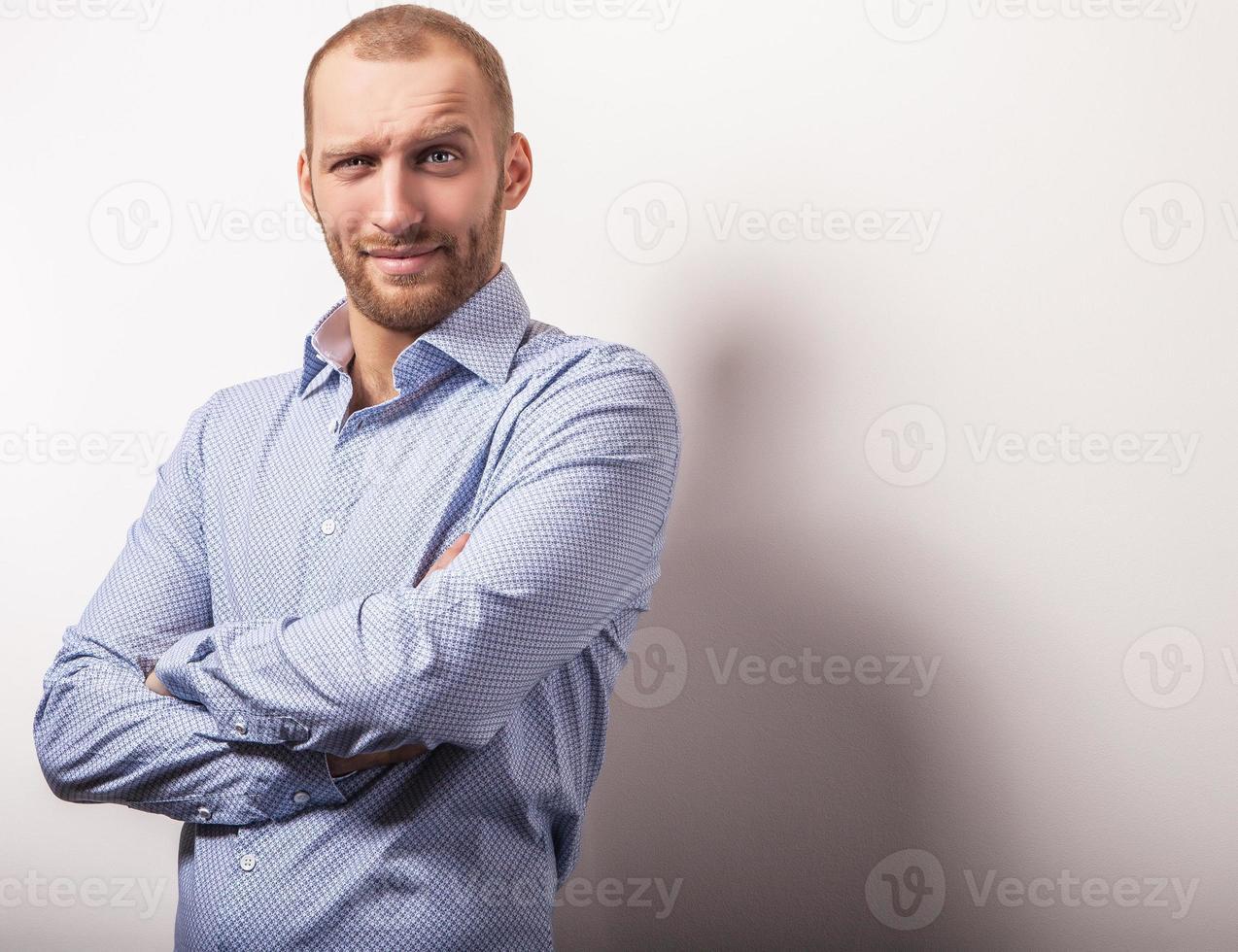 elegante giovane uomo bello in camicia colorata brillante. foto