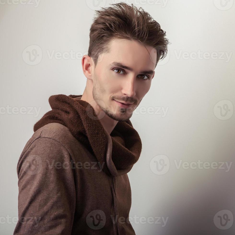 giovane attraente in maglione marrone. foto