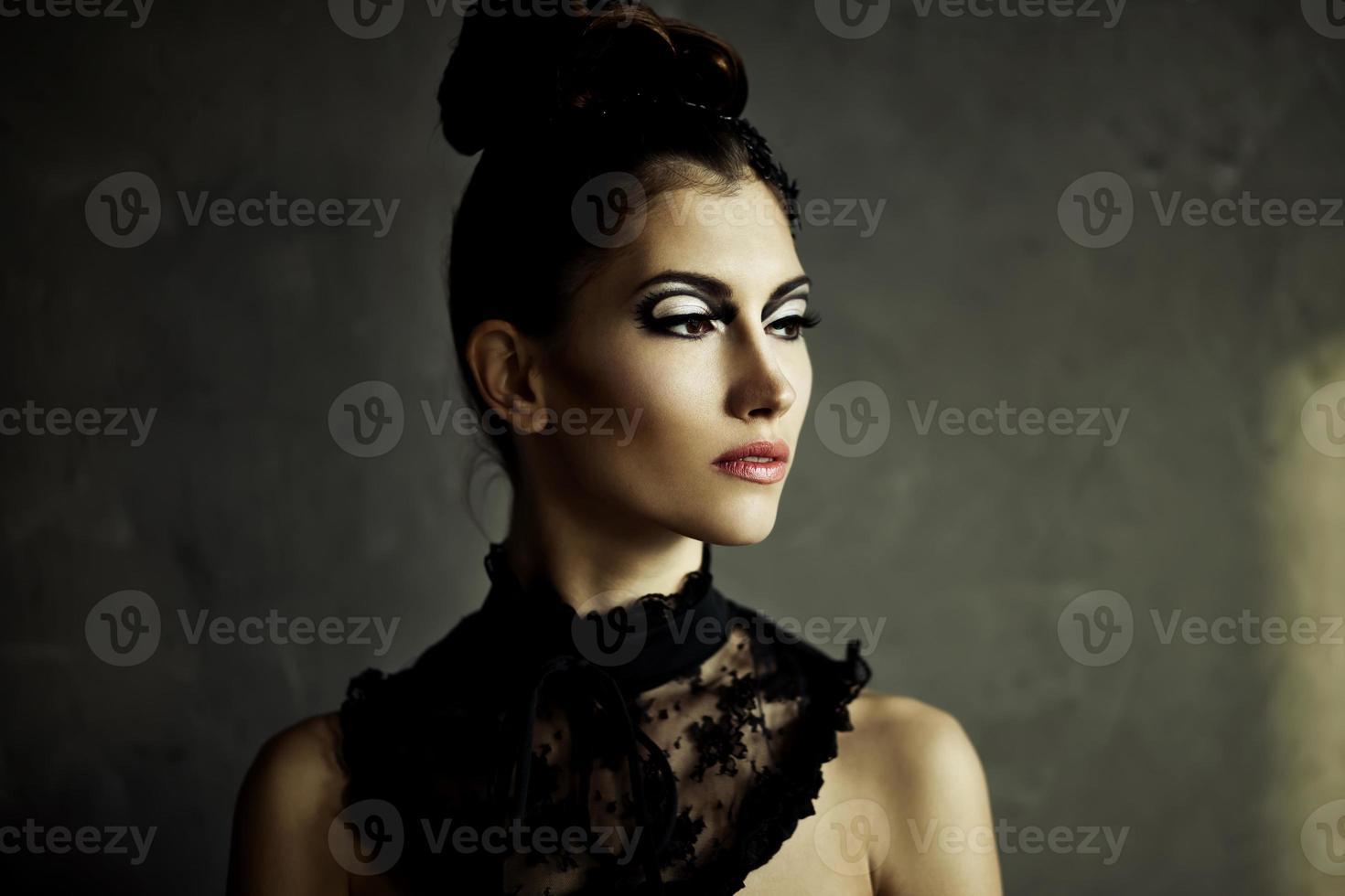 bella giovane donna bruna con trucco di moda foto