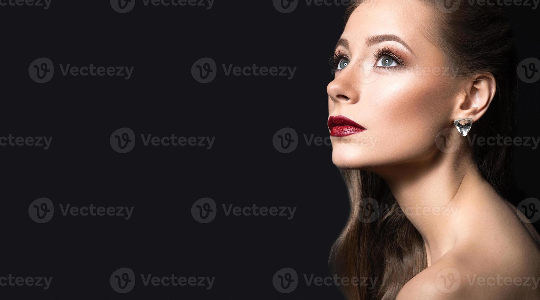 bella ragazza con una pelle perfetta, labbra scure e riccioli. bellezza foto