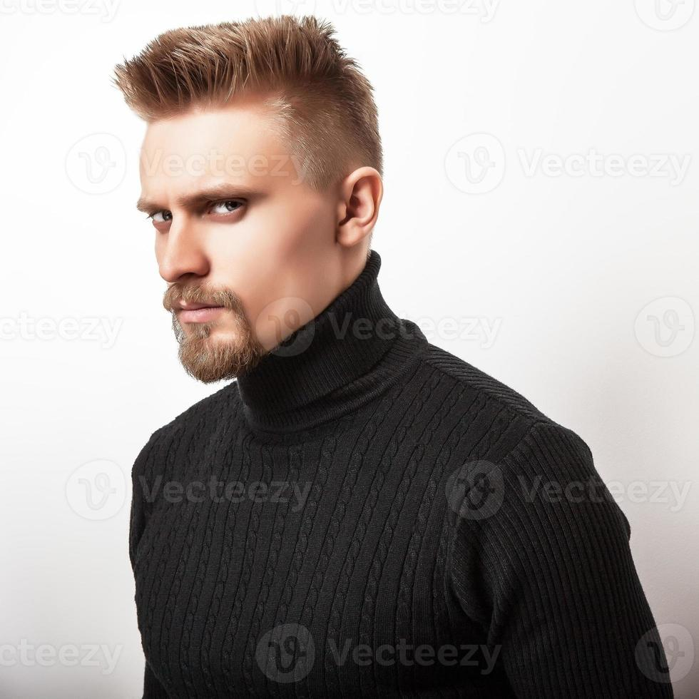 ritratto in studio di giovane uomo bello in maglione lavorato a maglia casual. foto