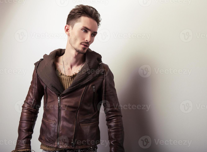 attraente giovane uomo in giacca di pelle. foto
