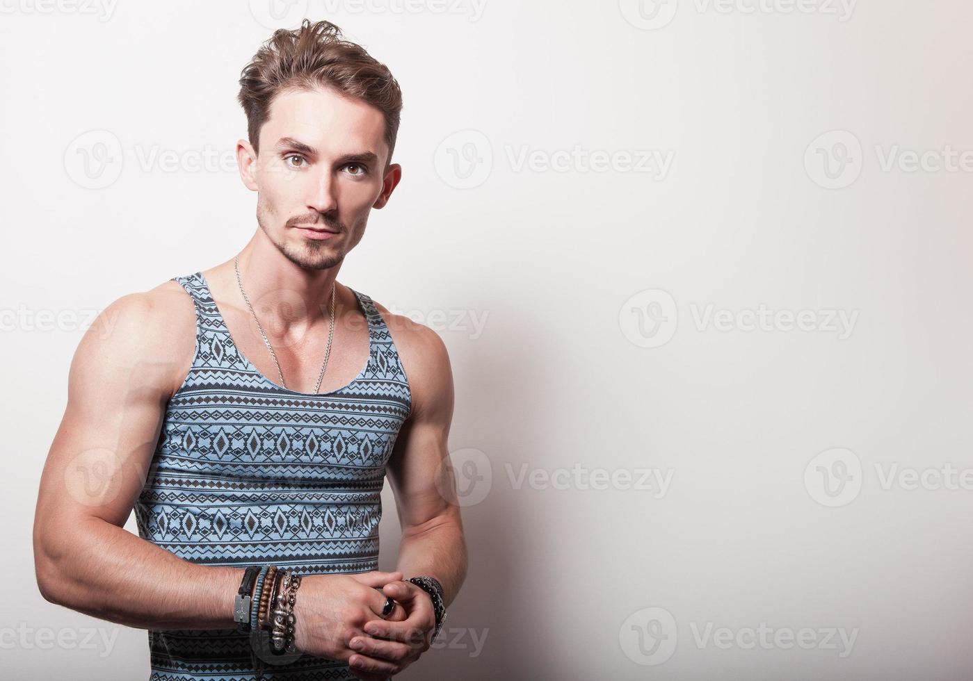 giovane uomo bello in t-shirt turchese. foto