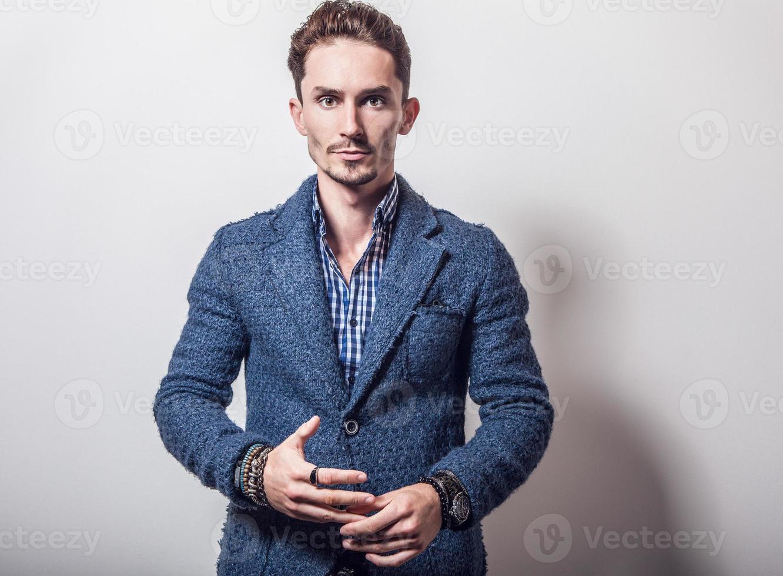 elegante giovane uomo bello in elegante giacca blu. foto