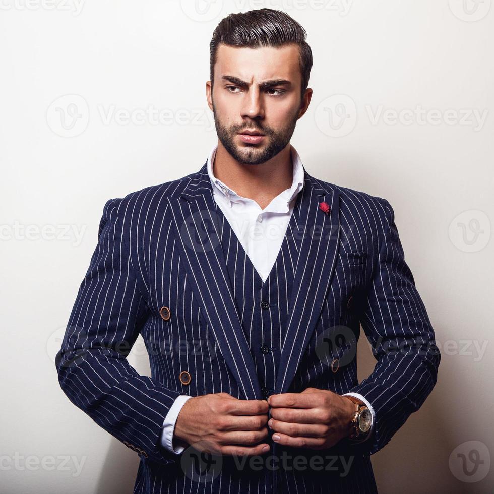 elegante giovane bell'uomo in classico costume blu scuro. foto