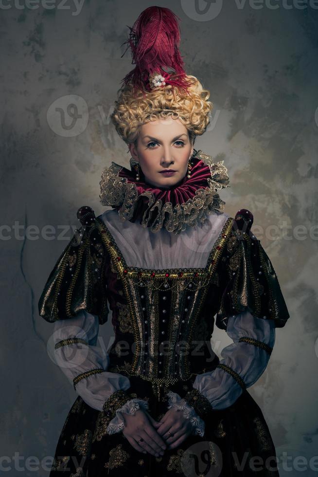regina altezzosa in abito regale foto