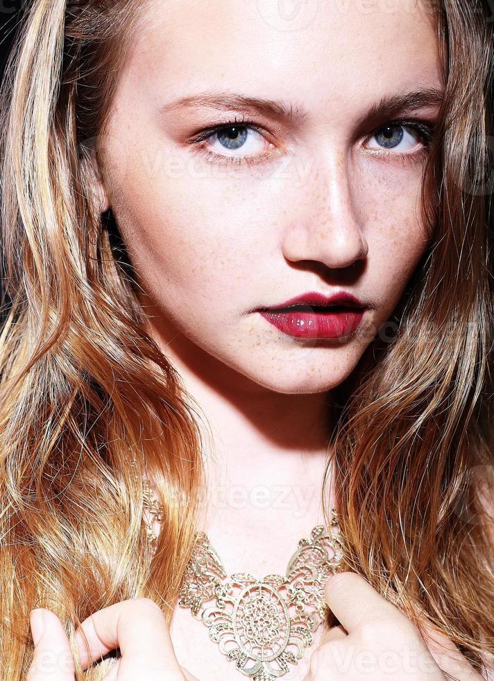 ritratto di una bella ragazza con i capelli biondi e le lentiggini foto