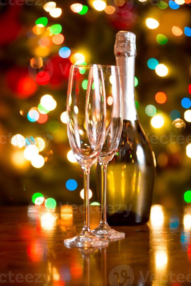 sfondo di Natale con bicchieri e bottiglia di champagne foto