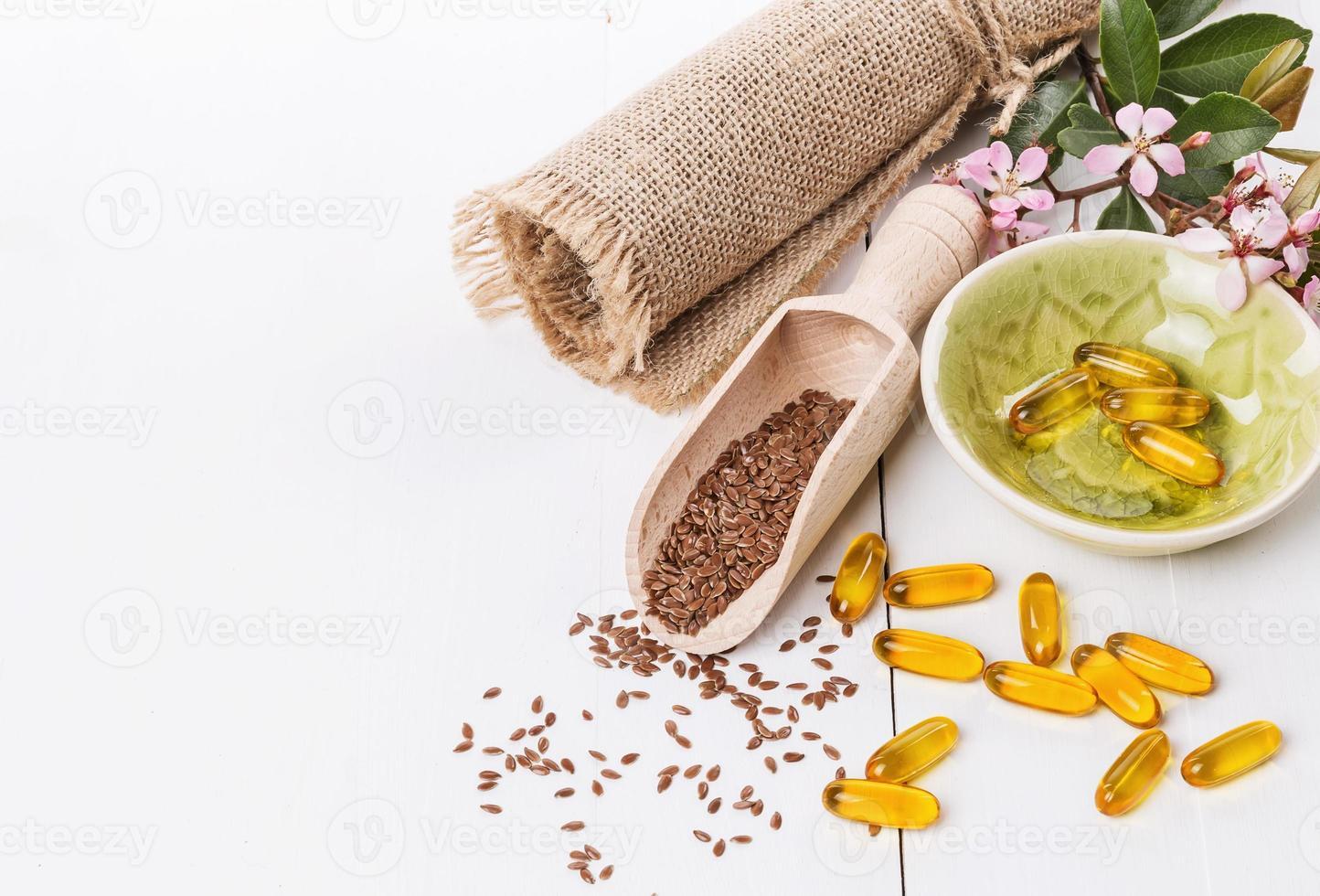 semi di lino e capsule di olio di semi di lino su sfondo bianco foto
