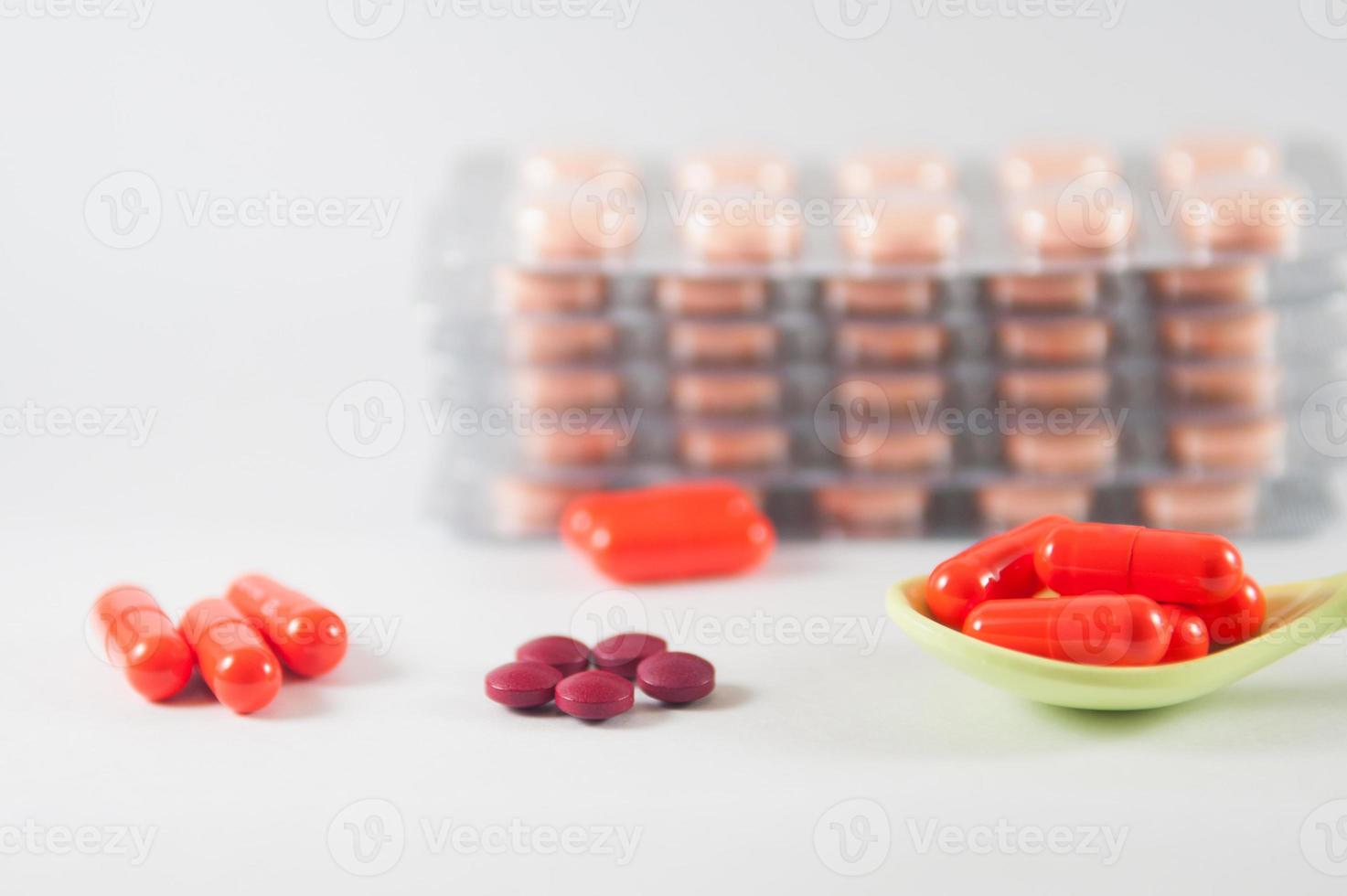 capsula arancione in cucchiaio su sfondo blister foto
