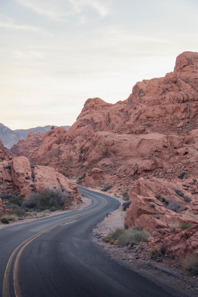 strada tortuosa tra colline rocciose foto