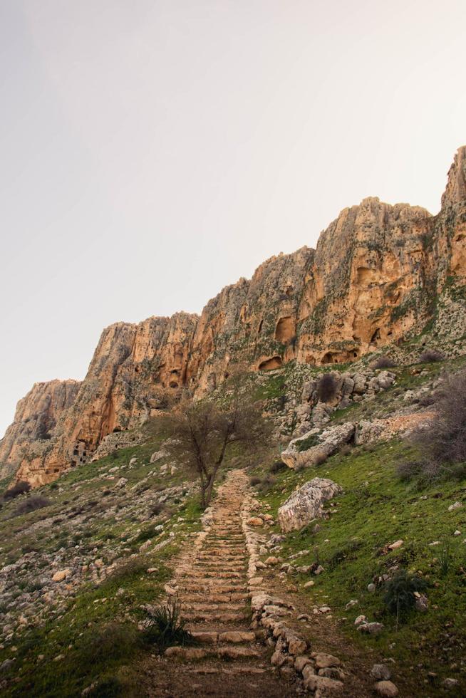 scale che portano alle montagne foto