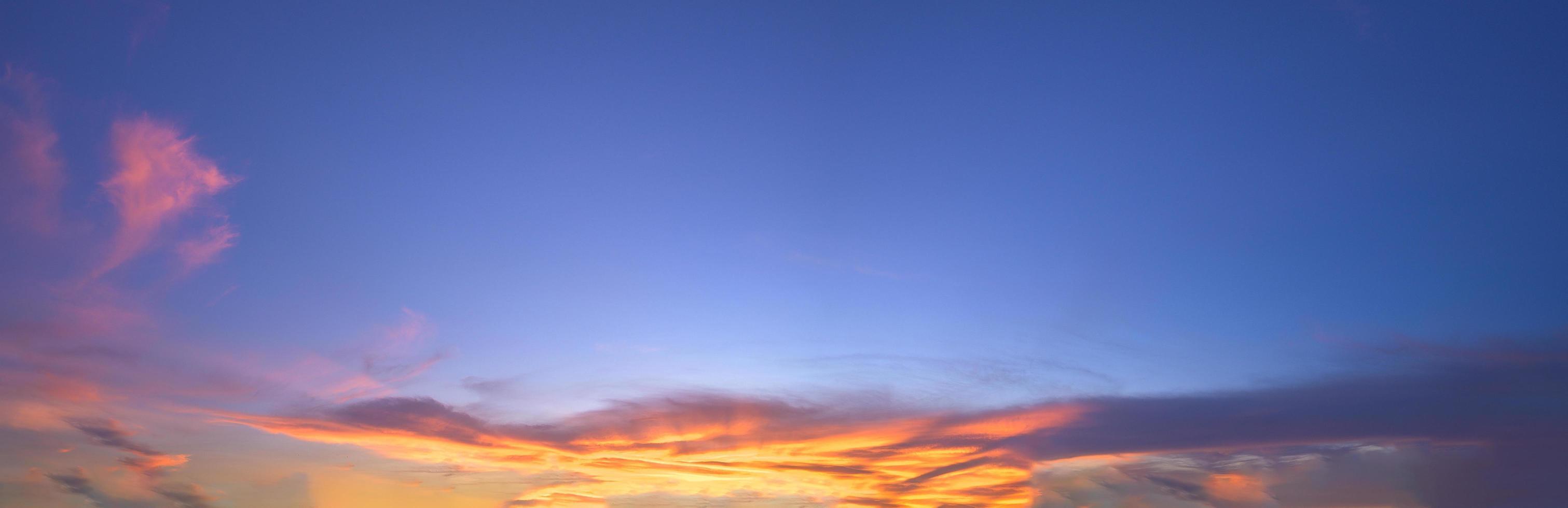 cielo al tramonto e nuvole la sera foto